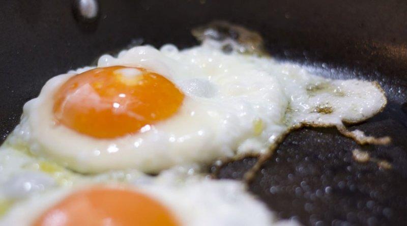 Сколько калорий в жареном яйце
